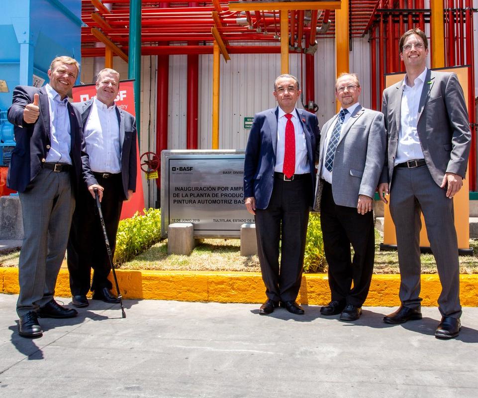 Alex Attlesey, vicepresidente de Coatings América; Christopher Toomey, vicepresidente senior de Coatings América y Claus Wünschmann, presidente de BASF para México, Centroamérica y el Caribe, inauguraron la ampliación de la planta de producción de pinturas automotrices Base Agua de BASF.