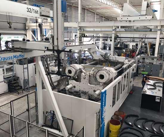 Integrity ofrece a sus clientes cinco máquinas de moldeo por inyección, con fuerzas de cierre de 320 a 2300 toneladas. En la imagen se muestra una KraussMaffei de 2300 toneladas.