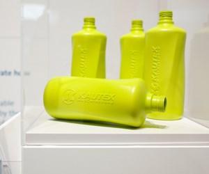 Kautex Maschinenbaupresentó en K una máquina parasoplado de botellas de plástico de tres capas con una cubierta interna y externa de plástico de base biológica. Foto: MesseDüsseldorf.