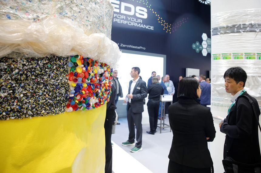 225,000 visitantes de 165 países que se interesaron especialmente en los sistemas de reciclaje, materias primas sostenibles y procesos de ahorro de recursos. Foto:Messe Düsseldorf.