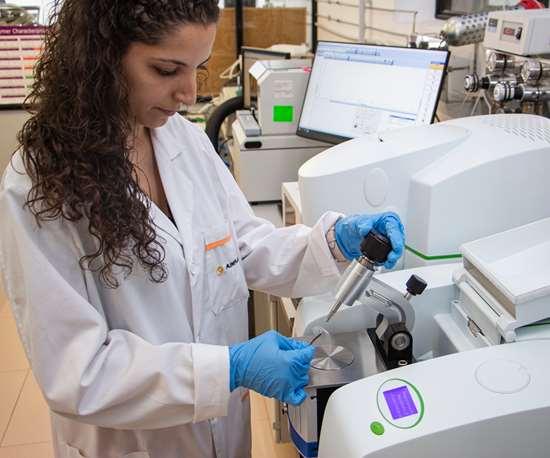 En el marco del proyecto MICROPLAS se desarrollan dos nuevas tecnologías de tratamiento mediante filtros de arena y carbón activado, y otra de reactores de membrana para la eliminación de los microplásticos de las aguas residuales. Crédito: AIMPLAS.