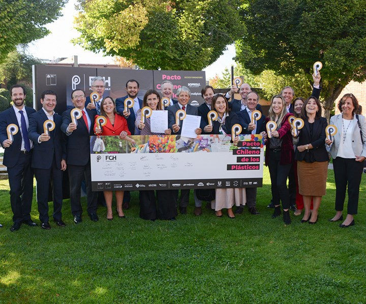 Las empresas Unilever, Amcor, Coca Cola, Mall Plaza, Nestlé, Soprole y Resiter suscribieron, en calidad de socios fundadores del mundo privado, el Pacto por los Plásticos Chile.