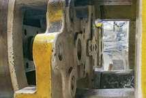 Si la cruz de expulsión de la máquina de moldeo está doblada, aplicará una carga desigual en el sistema de expulsión del molde.