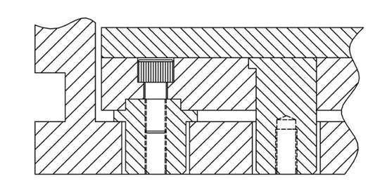 Los diseños de los expulsores con extensión deben aplicar la fuerza a la placa expulsora más gruesa (izquierda) y no a la placa expulsora más débil (derecha).