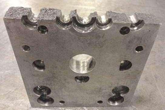 Una placa de retención del botador puede agrietarse cuando se somete a una carga desigual