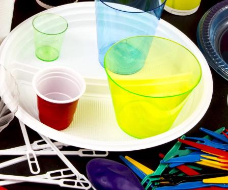 Entre las prohibiciones se encuentran bolsas, platos, vasos, globos, cubiertos y charolas