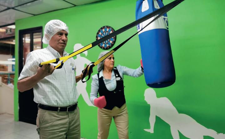 La planta cuenta con un espacio de esparcimiento, donde los colaboradores pueden ejercitarse practicando TRX o golpeando un saco de boxeo.