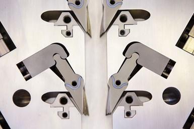 El bloque de alimentación REIcofeed-PRO de Reifenhauser permite que las corrientes de material se ajusten automáticamente durante la operación.