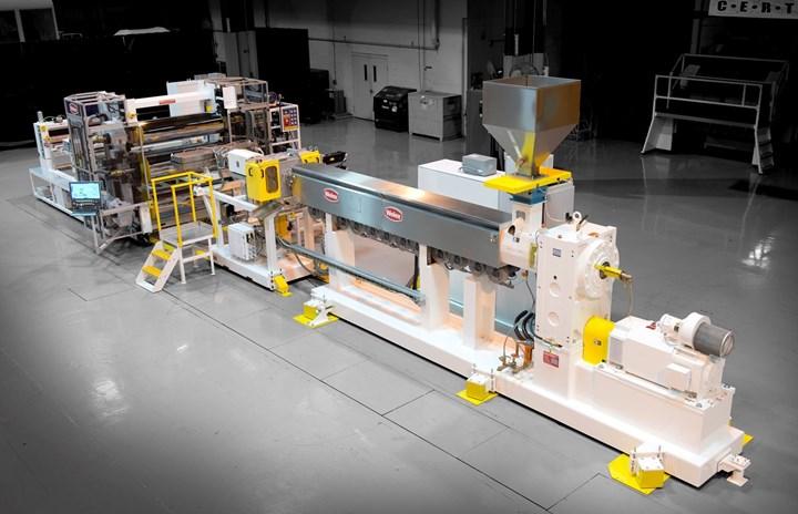 El sistema de extrusión de láminas Welex Evolution en exhibición será para PP de calibre delgado, pero se puede personalizar en una gama de anchos, espesores y rendimientos.