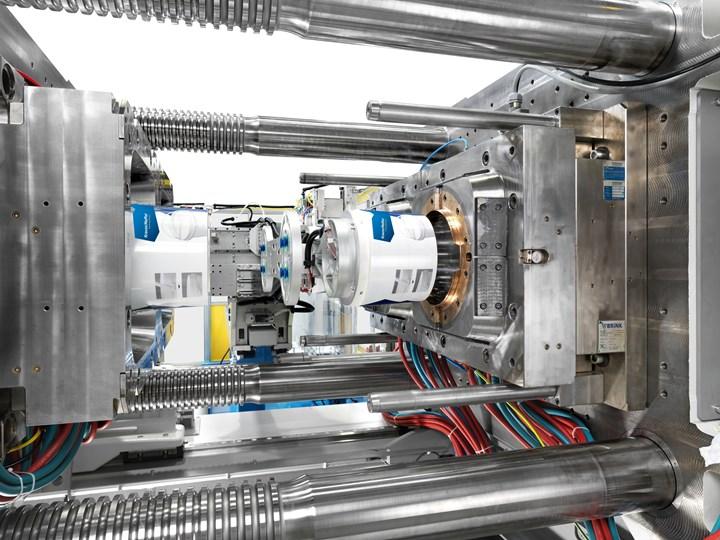 KraussMaffei estrenará un tamaño más grande en su línea servohidráulica GX de dos placas. Esta GX-1100 moldeará dos cubos de 20L en PP con IML en solo 14 segundos. Esta es también la primera máquina KM que integra la opción de control de Operación Inteligente de Netstal