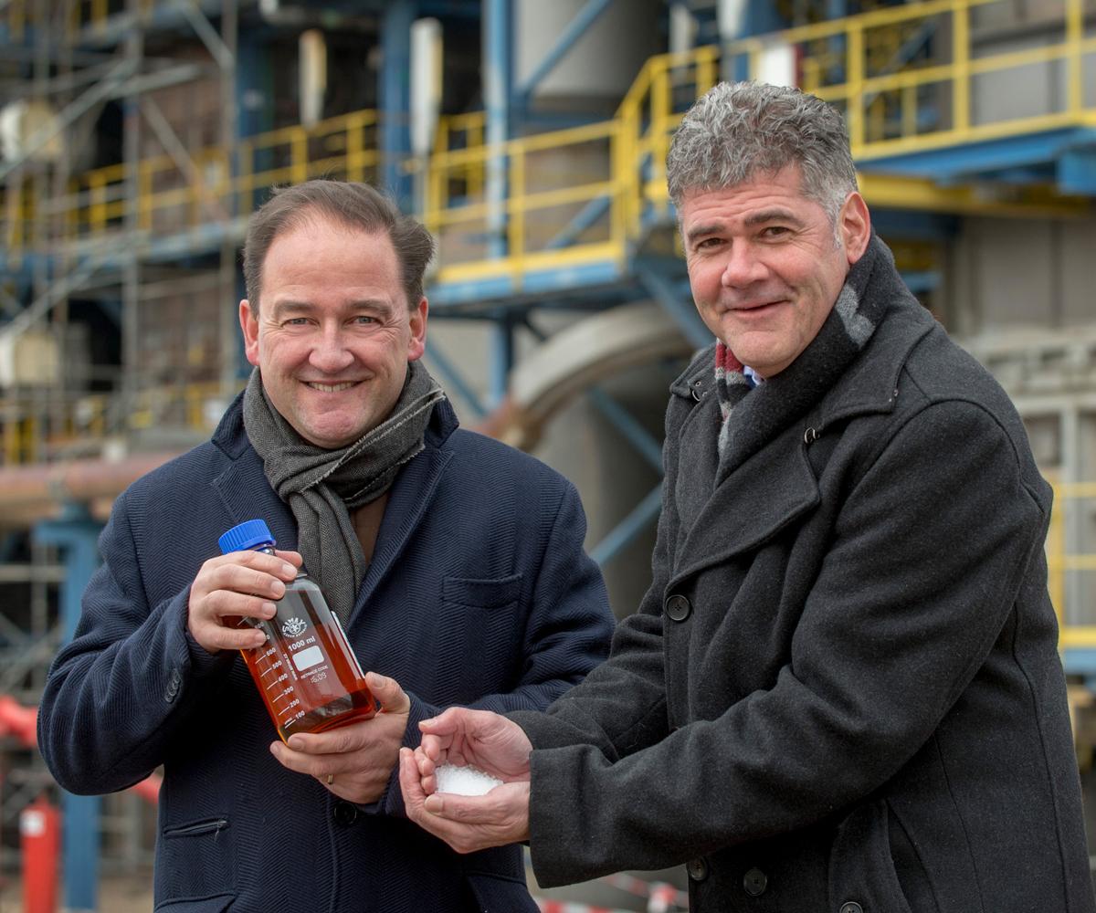Jeroen Castelijn, director general de la planta de Geleen y Frank Kuijpers, director general de Sostenibilidad Corporativa en SABIC, celebran los polímeros circulares certificados producidos en los Países Bajos.