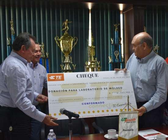 Jesús Loa, gerente de Planta Automotriz de TE Connectivity, entregó el donativo al rector Adalberto Calderón Trujillo,.
