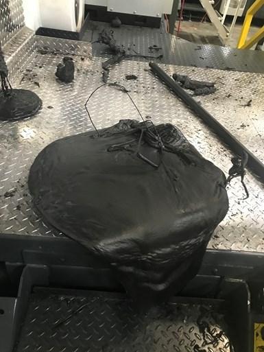 La purga debe retirarse de la superficie de la inyectora para evitar que se pegue. Mantenga la superficie de la máquina y el área limpia y libre de escombros. La mejor práctica es considerar todos los días como si el cliente caminara por la planta en cualquier momento.