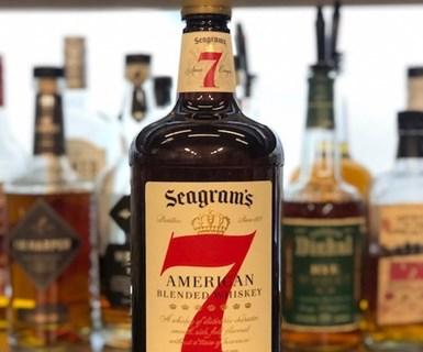 Diageoeliminará el plástico virgen de las botellas de 7 Crown de Seagram.