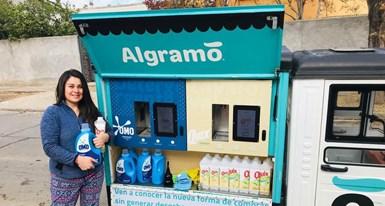 Los compradores en Chilepueden recargar sus botellas de limpieza y lavandería OMO y Quix mediante el uso de una nueva aplicación, desarrollada por la empresa social chilena Algramo.