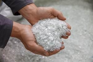 Hojuelas de rPET, la materia prima utilizada para producir rPET neutro en carbono. Crédito:ALPLA