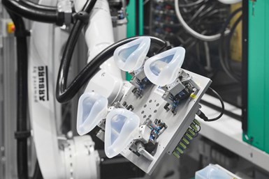 Para la fabricación de las mascarillas se utilizan dos máquinas de moldeo por inyección eléctrica. Foto: Arburg.