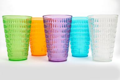"""EastmanyGonherrplast se unieronpara crear lalínea de vasos """"Cara-e-piña"""",fabricados con el copoliéster Tritan."""
