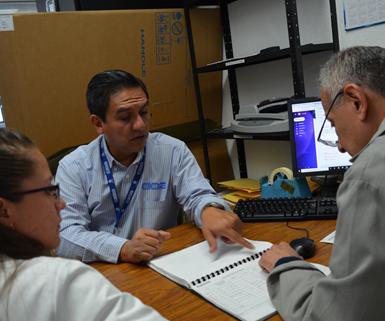 Para cumplir con estas acreditaciones el Centro se ha comprometido en contar con personal competente, equipos de laboratorio, reactivos y materiales de referencia para demostrar la trazabilidad de los ensayos, entre otros.