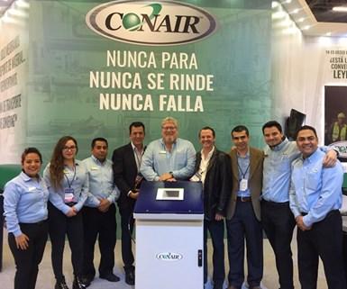 En el centro de la imagen Bill Hriscina, gerente general de Conair Mexicana, junto con el equipo de la compañía en México.