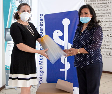 A la izquierda,Daniela Calderón, directora general de Hasco de México, hace la entrega de las caretas a Dra. Irma Quintanilla, presidenta del Colegio de Médicos del Estado de Querétaro.