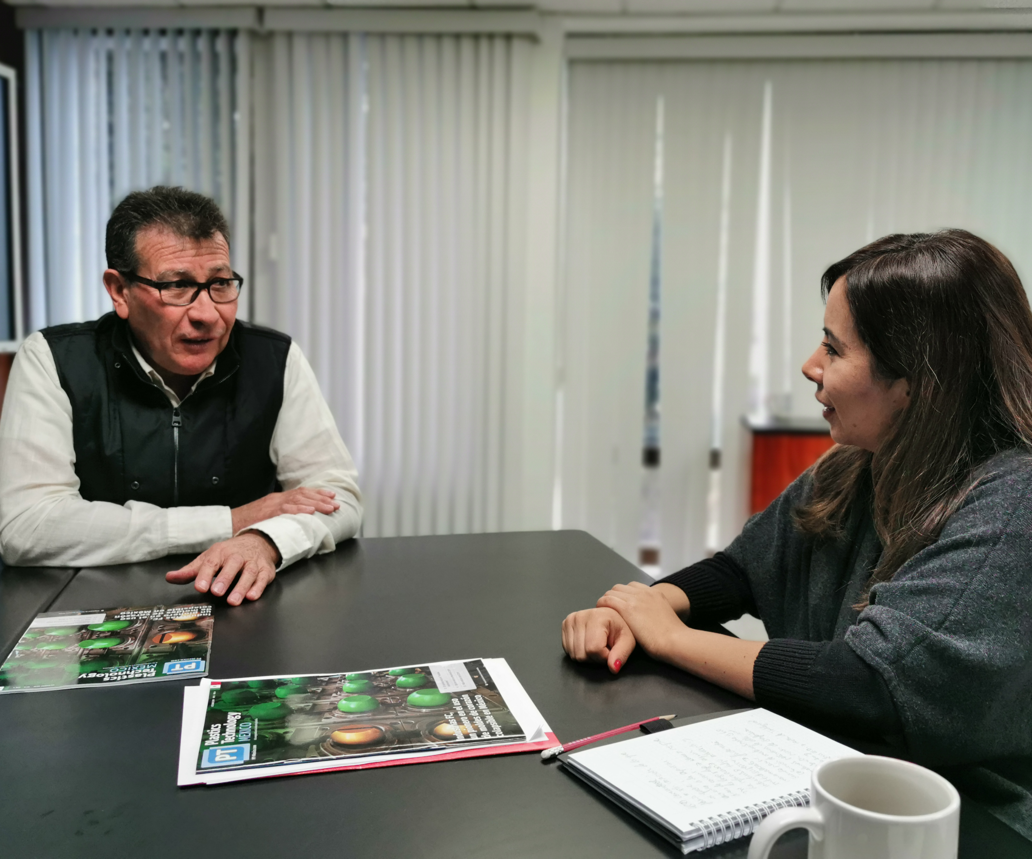 A la izquierda,Oliverio Santiago Rodríguez Fernández, director del Centro de Investigación en Química Aplicada (CIQA); a la derecha, María Natalia Ortega, directora editorial de Plastics Technology México.