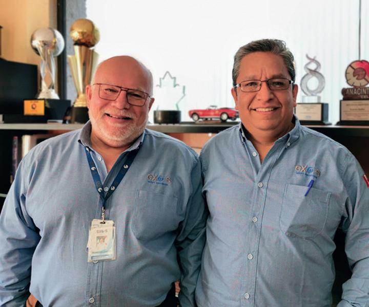 Francois Ouellet, director de laplantade Exo-s en México, y Roberto Ramírez Gutiérrez, supervisor de procesos.