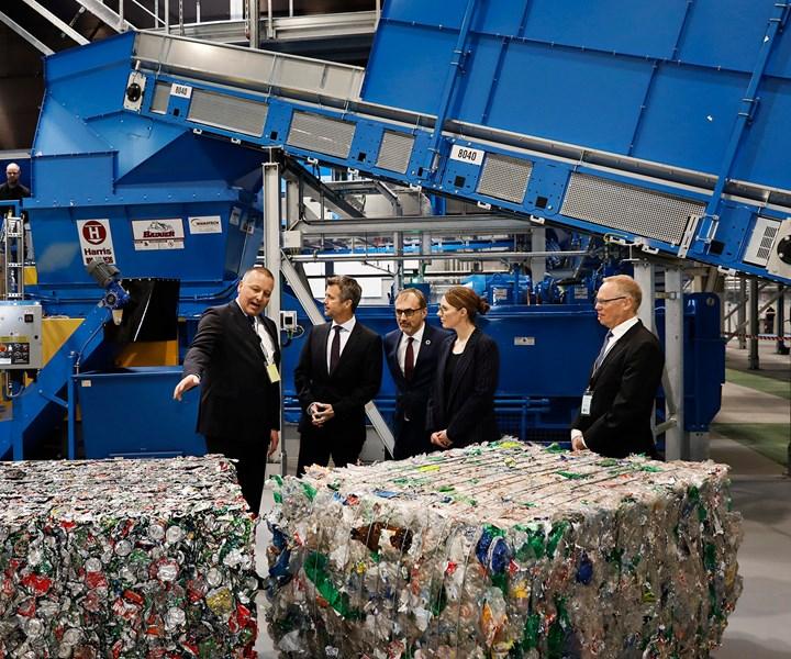 La plantadiseñada por Stadler procesará botellas de PET y latas de aluminio recogidas en toda Dinamarca mediante su sistema de devolución de depósitos, y producirá balas de estos productos para su reciclaje.