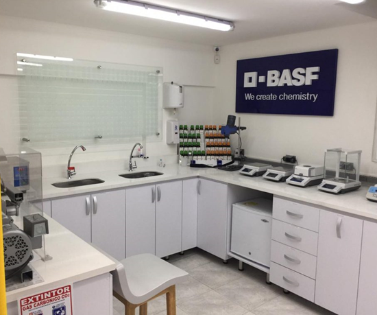 El nuevo laboratorio requirió una inversión de 700 millones de pesos (COP), está ubicado en Bogotá y cuenta con espaciosdiseñados para el desarrollo y aplicación de las soluciones BASF.