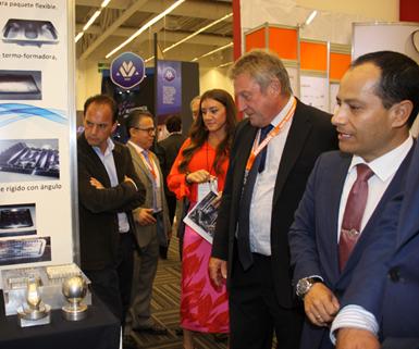 De izquierda a derecha,Bob Williamson, presidente de laAsociación Internacional de Herramientas Especiales y Mecanizado (ISTMA); y Eduardo Medrano, nuevo presidente de la misma asociación para la región de las Américas, durante su recorrido por Meximold en 2019.