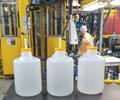 Los productos típicos fabricados por moldeo por soplado con cabezal acumulador incluyen botellas huecas de pared simple como estas. (Fotos: Thermo Fisher Scientific, Rochester, N.Y.)