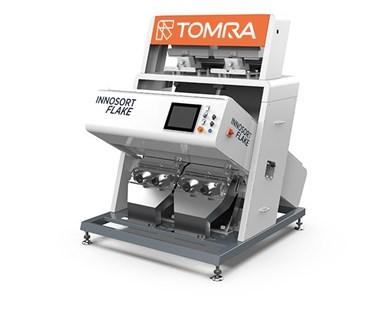 La solución basada en sensores de Innosort Flake de Tomra combina la clasificación de color y material, eliminando de manera confiable PVC, metales y escamas opacas.