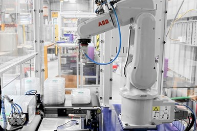 Robot ABB integrado en máquina de moldeo por inyección.
