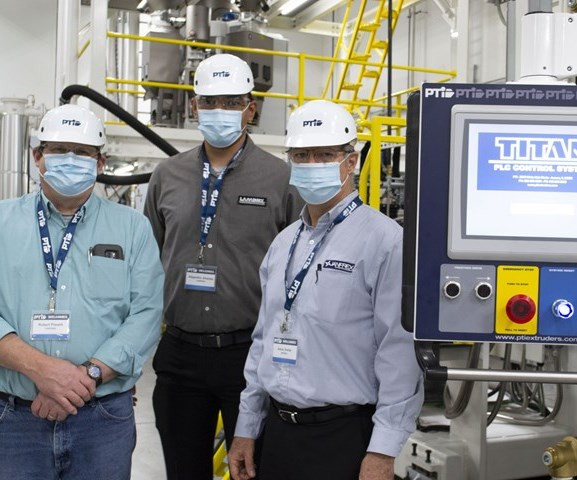 En la imagen, Robert Prewitt, gerente de planta de las instalaciones de Laminex, en Texas; Alejandro Jiménez, gerente de planta de Laminex, México; y Jesús Avelar, representante de ventas de PTi.