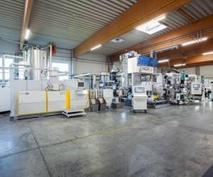Línea de reciclaje NGR que procesahojuelasde láminas de rPET con tecnología LSP directamente a láminas de calidad alimentaria Kuhne.