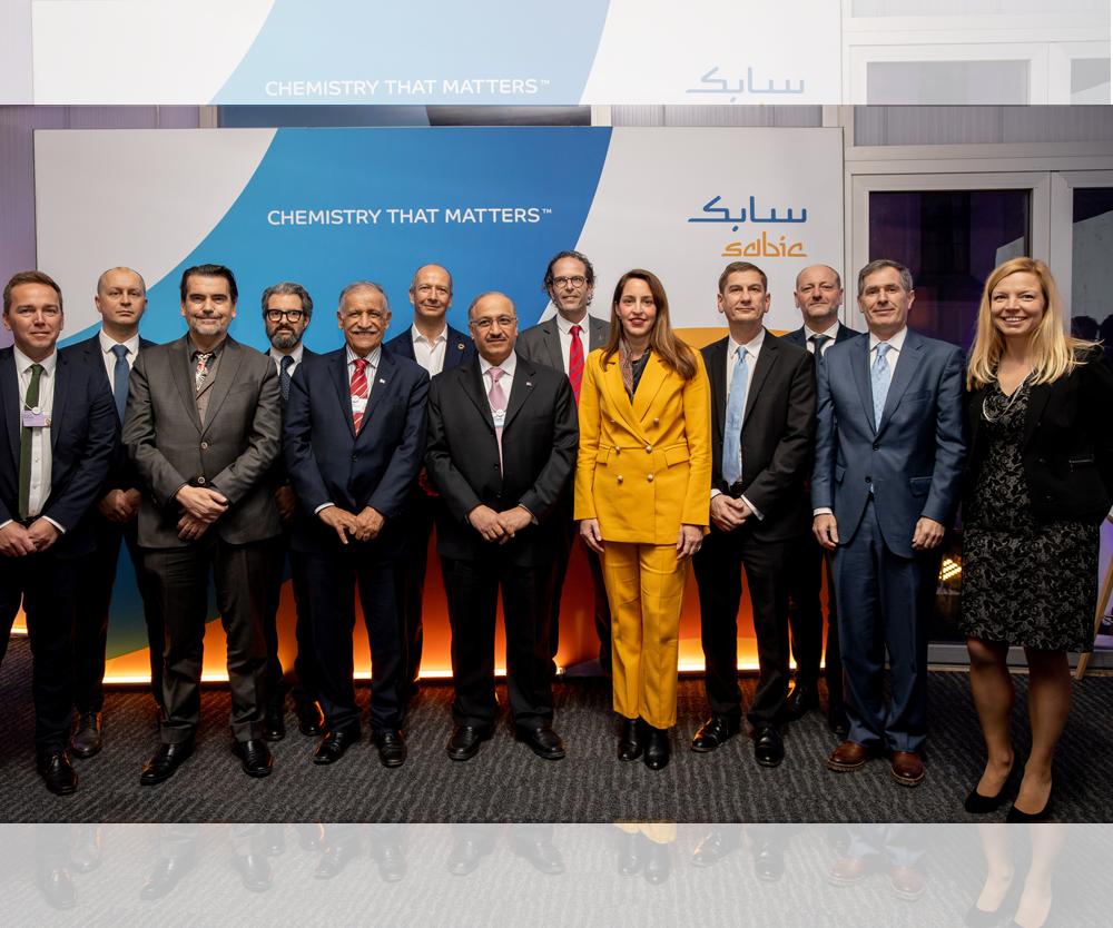 El presidente de Sabic,Dr. Abdulaziz Al-Jarbou; y el vicepresidente y CEO,Yousef Al-Benyan; con representantes de Tupperware Brands, Vinventions, Coveris, Plastic Energy, Haldor Topsøe y Renewi realizado en el marco del Foro Económico Mundial en el que se revelaron los planes de de cierre de ciclo para la gama de productos TRUCIRCLE de Sabic.