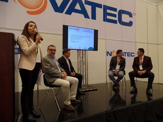 Natalia Ortega, directora editorial de Plastics Technology México, moderó el panel sobre estrategias para la proveeduría local de moldes.