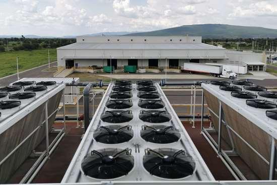 Vista aérea de una de las tres torres adiabáticas. El aire ingresa por los ventiladores de la parte superior, para enfriar el agua delproceso.