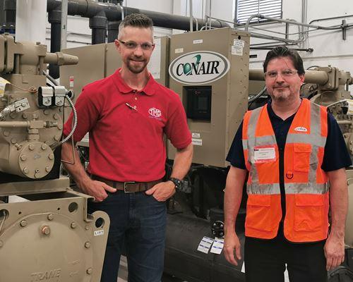 Brian Hohenbrink, ingeniero de manufactura avanzada a escala global y director de proyectos para Toledo Molding México, y Gustavo García, gerente de proyectos de Conair Mexicana.