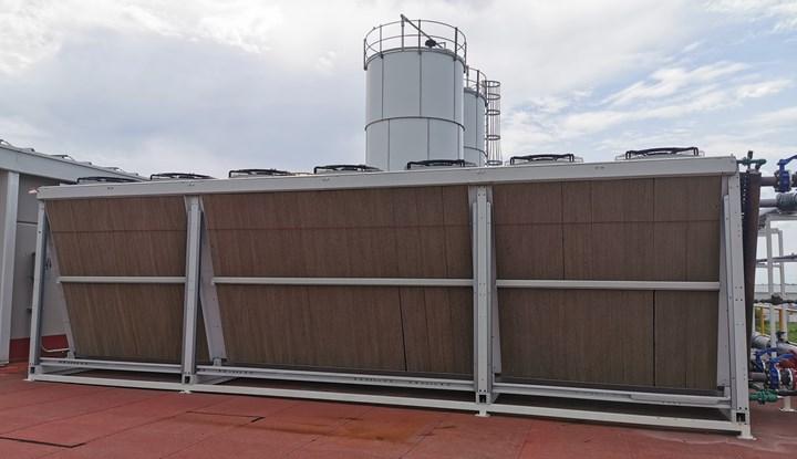 Los paneles, que tienen apareciencia como de cartón corrugado, son los encargados de enfriar el aire. Según las condiciones climáticas requieren ser mojados para disminuir la temperatura.