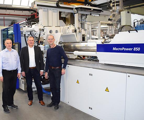 Rainer Strutzberg, director de producción en STIEBEL ELTRON; Dieter Jackel, Ventas en WITTMANN BATTENFELD; y Lars Münkel, jefe de procesado de plásticos en STIEBEL ELTRON.