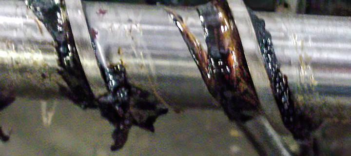 FIG 2.Material plástico degradado en la unión del filete y el diámetro base de un husillo de propósito general indica espacio muerto.