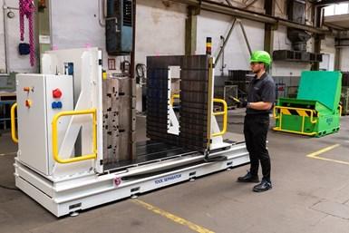 El separador de moldes de RUD incluye un control colgante inalámbrico para realizar operaciones desde una distancia segura.