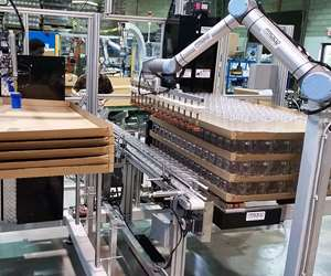 Proco Machinery palletizer for blow molded bottles with collaborative robot