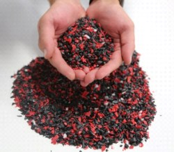 手握珍贵和高质量的塑料重新研磨。