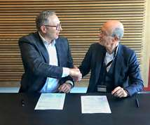 Juergen van Holland (l.), president of Universal Robots, signing deal with Jean-Michel Renaudeau, CEO of Sepro Group.