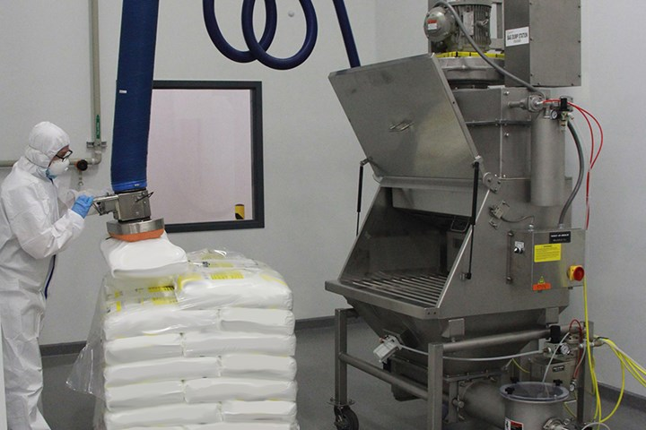 Bag dump station for vacuum conveying powders for the plastics industry