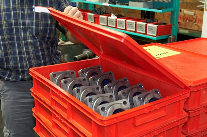 Cleanliness is a priority at Arburg: For example, cleaned components are kept in closed boxes until assembly.