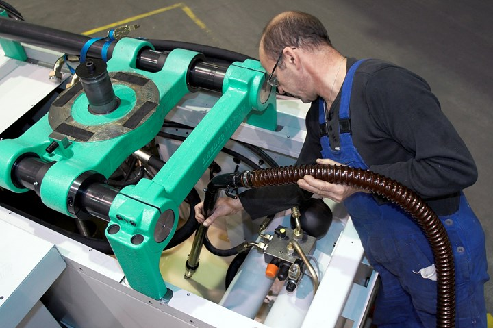 Before shipping any hydraulic molding machine, Arburg vacuum evacuates the oil tank.