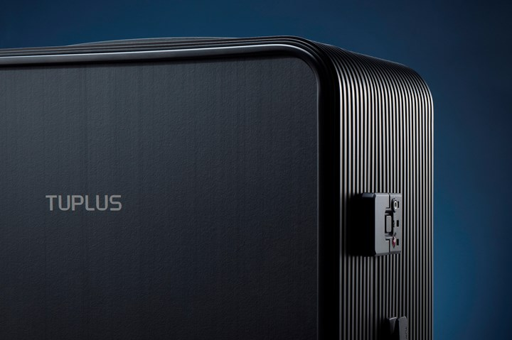 Tuplus suitcase using Covestro carbon fiber